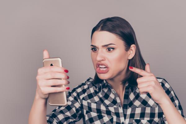 mujer enojada gritandole a un celular